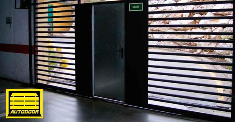 Puertas automáticas correderas Autodoor diseño franjas verticales abiertas